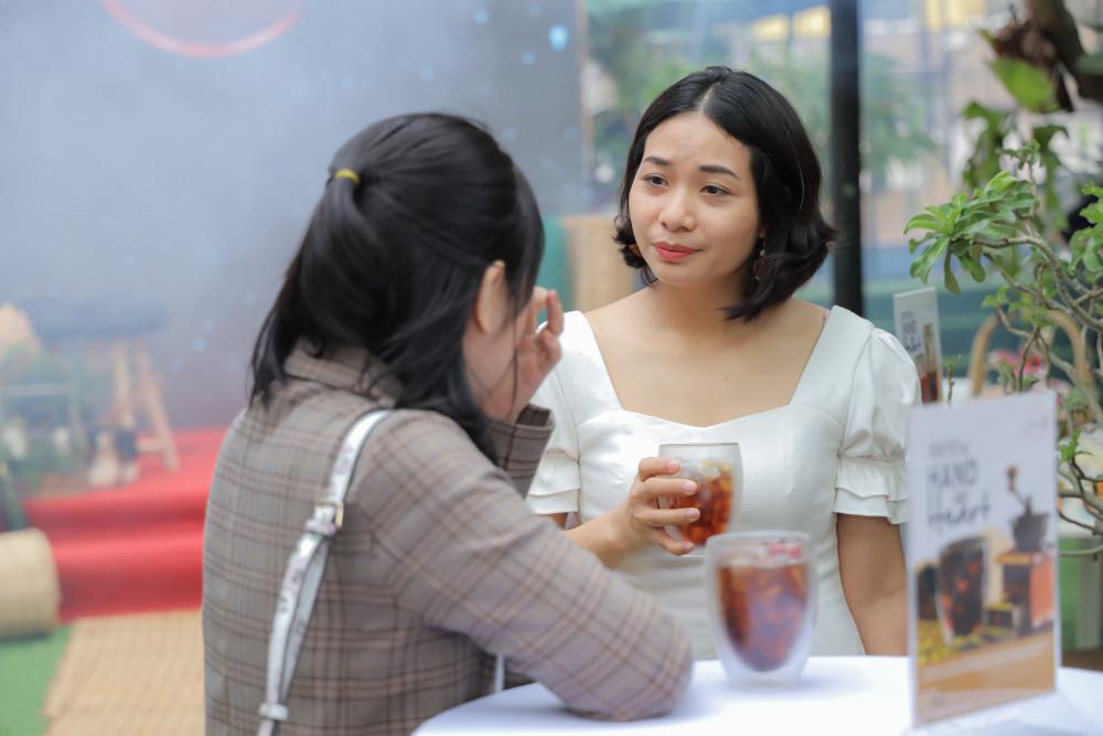 Theo chị Mai Phương, nhà ở quận Tân Phú đây là lần đầu tiên chị uống cà phê có hương vị lạ như thế này. Vừa thoang thoảng hương cà phê, vừa thơm mùi hoa hồng cùng vị thanh, ngọt nhẹ. Không giống với cà phê truyền thống. giống như đang uống một món nước có