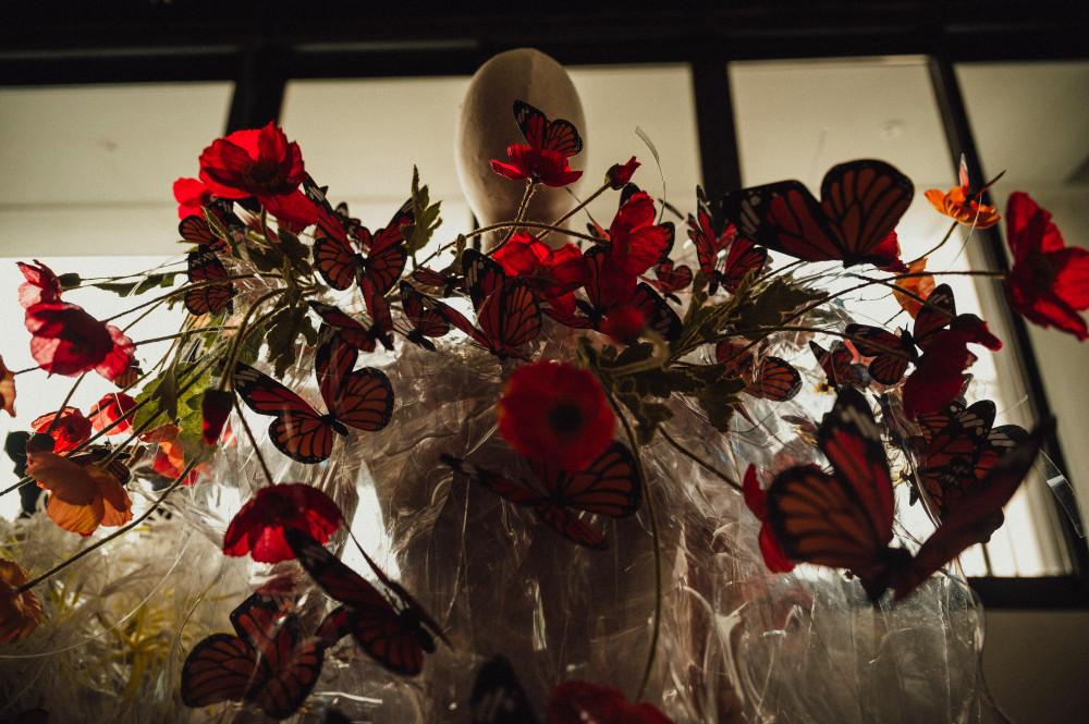 Triển lãm cũng trưng bày một số tác phẩm thời trang được thực hiện bằng hoa.