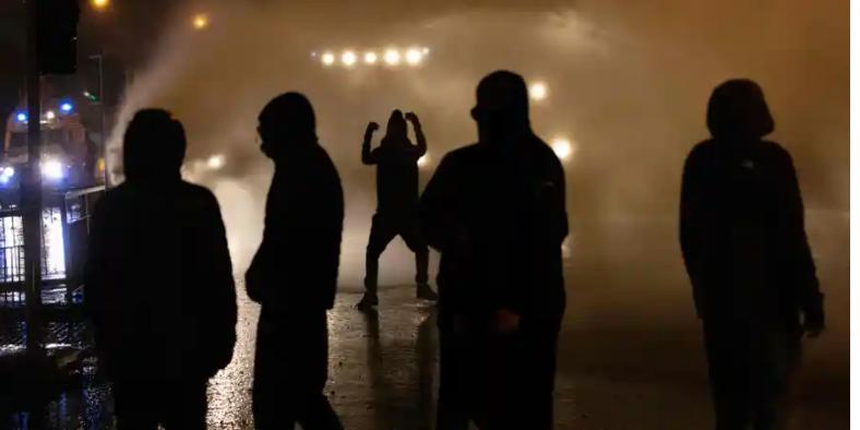 Cảnh sát dùng vòi rồng khi đụng độ với các thanh niên theo chủ nghĩa dân tộc ở đường phố Belfst