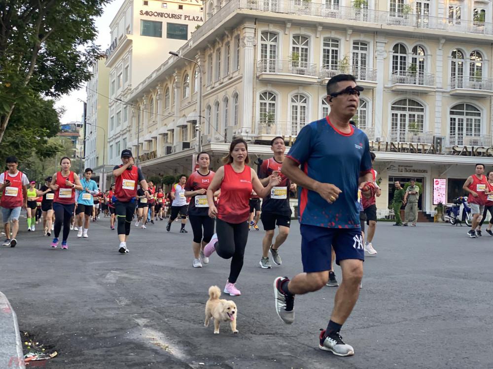 Một VĐV dẫn cả thú cưng tham gia cùng đường đua.