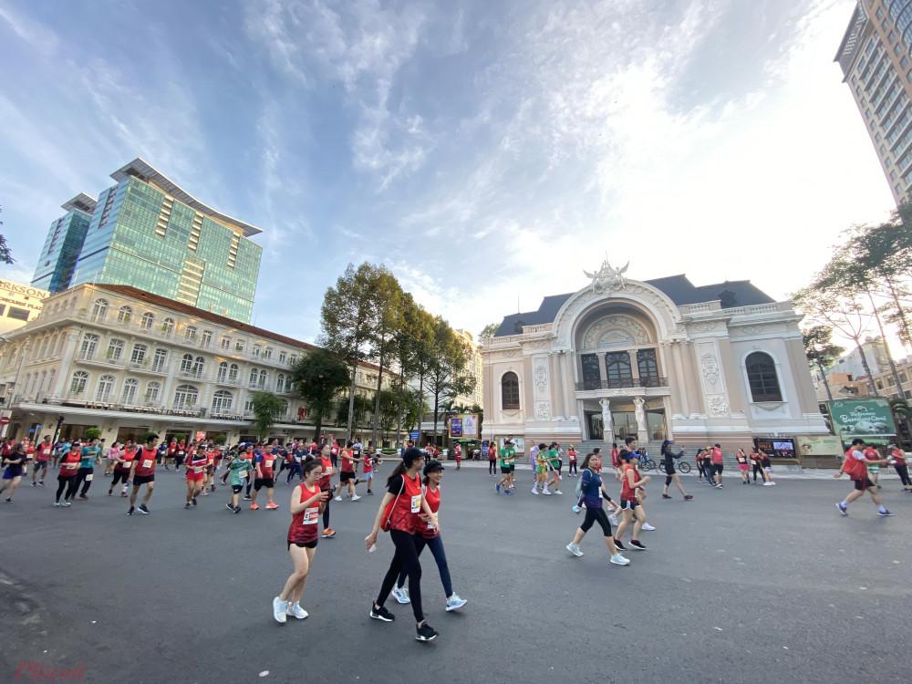 Nhóm VĐV chạy qua khu vực Nhà hát Thành phố.