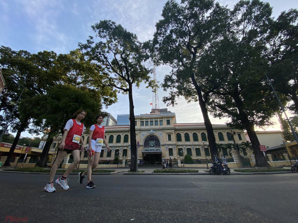 Nhóm chạy cự ly 5 và 10km đi qua khu vực Bưu điện Thành phố.
