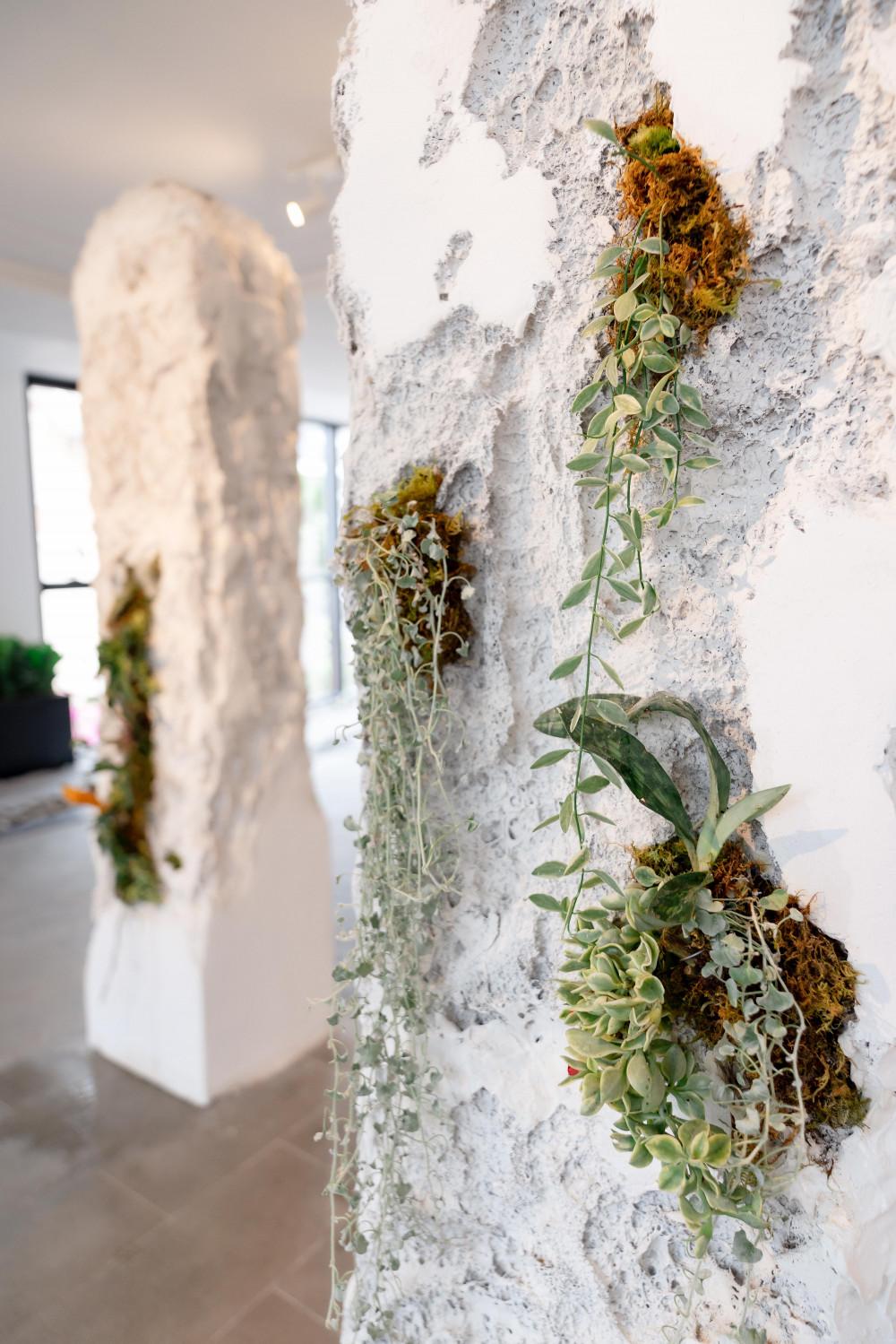 Sự tương phản giữa hoa lá mềm mại và bê tông cốt thép giúp tác phẩm này được chú ý. Anh Nam quan niệm sự sống sẽ tồn tại ở bất kỳ đâu, dẫu là vùng đất khô cằn nhất. Tác phẩm này hiện đã có một đơn vị đặt mua.