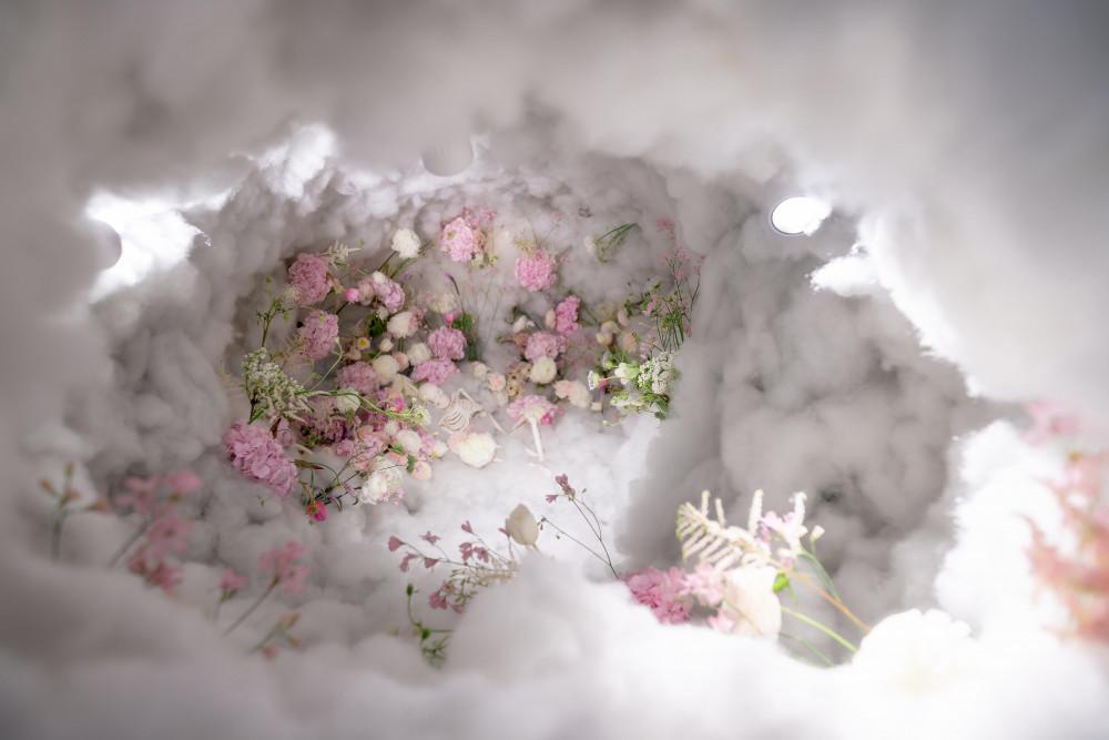 """Tác phẩm lấy ý tưởng từ đám mây, bên trong có một bộ xương ôm ấp con gấu bông, để nói về những """"thiên thần bị bỏ rơi"""". Theo lý giải của anh, tác phẩm này là sự đồng cảm, tiếc thương với những đứa trẻ không được chào đời do nạn phá thai."""