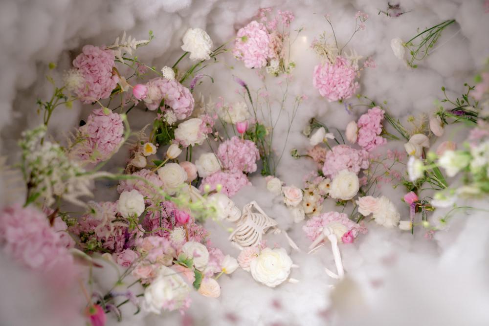 Bên trong gồm nhiều loại hoa
