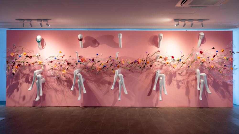Các tác phẩm trưng bày được đặt theo số thứ tự. Trong ảnh là Plus 3, lấy cảm hứng từ window của những cửa hàng hoa và thời trang. Anh kết hợp giữa những con ma-nơ-canh và hoa được đặt trên những vật liệu trong suốt mô tả một con sóng. Màu hồng chủ đạo mang đến cảm giác nhẹ nhàng, khoan thai cho khách tham quan khi dừng lại trước tác phẩm này.