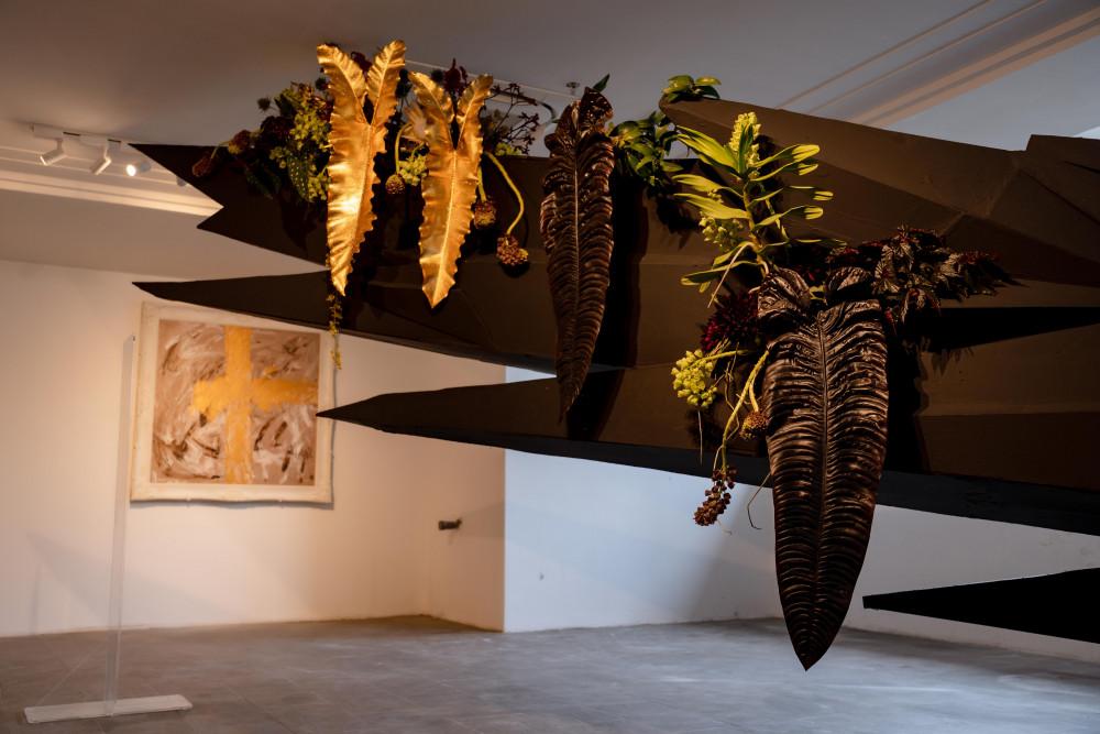 Trong đó, lá anthurium veitchii (một loài thực vật có hoa thuộc họ Ráy) có giá khá đắt đỏ, dao động từ 4.000-5.000 USD/lá. Đây là một loại lá khá hiếm. Anh muốn thể hiện về sức mạnh, sức sống luôn tồn tại xung quanh chúng ta.