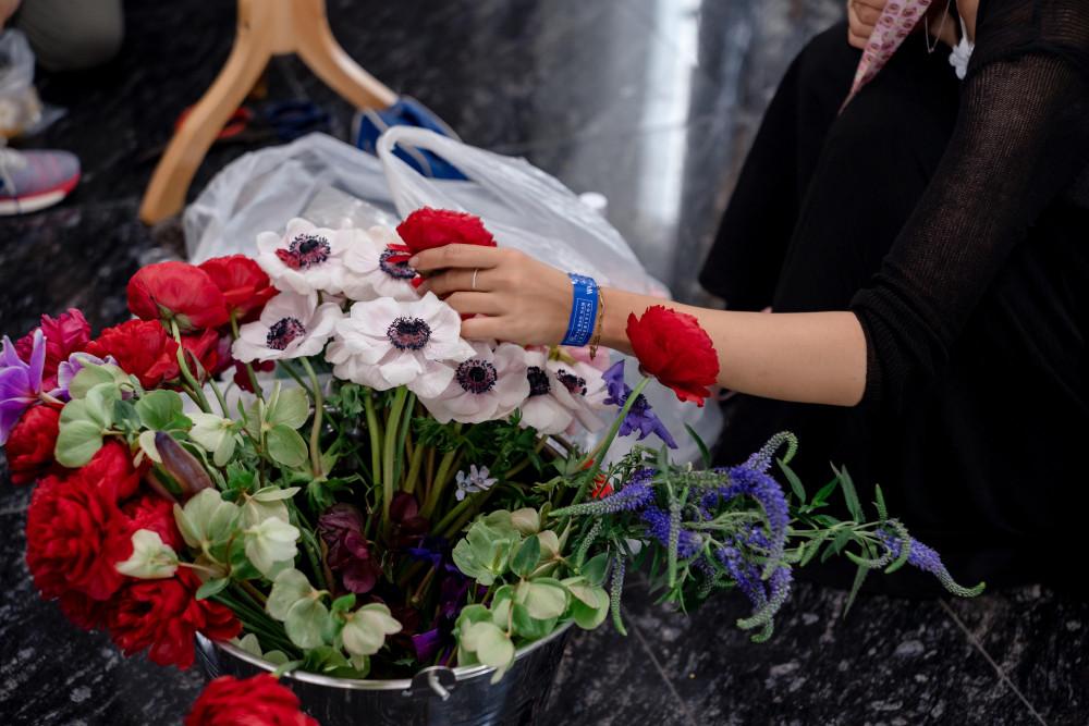 Một số hoa như: mẫu đơn, loa kèn... đều được nhập từ Hà Lan về. Do dịch nên số lượng các chuyến bay khá hạn chế. Thường, hoa sẽ về Việt Nam vào đầu tuần nhưng triển lãm lại diễn ra vào cuối tuần nên anh quyết định đặt hẳn một chuyến bay riêng để mang hoa về cho kịp thời gian. Theo tiết lộ, kinh phí để thực hiện triển lãm này lên đến tiền tỷ.