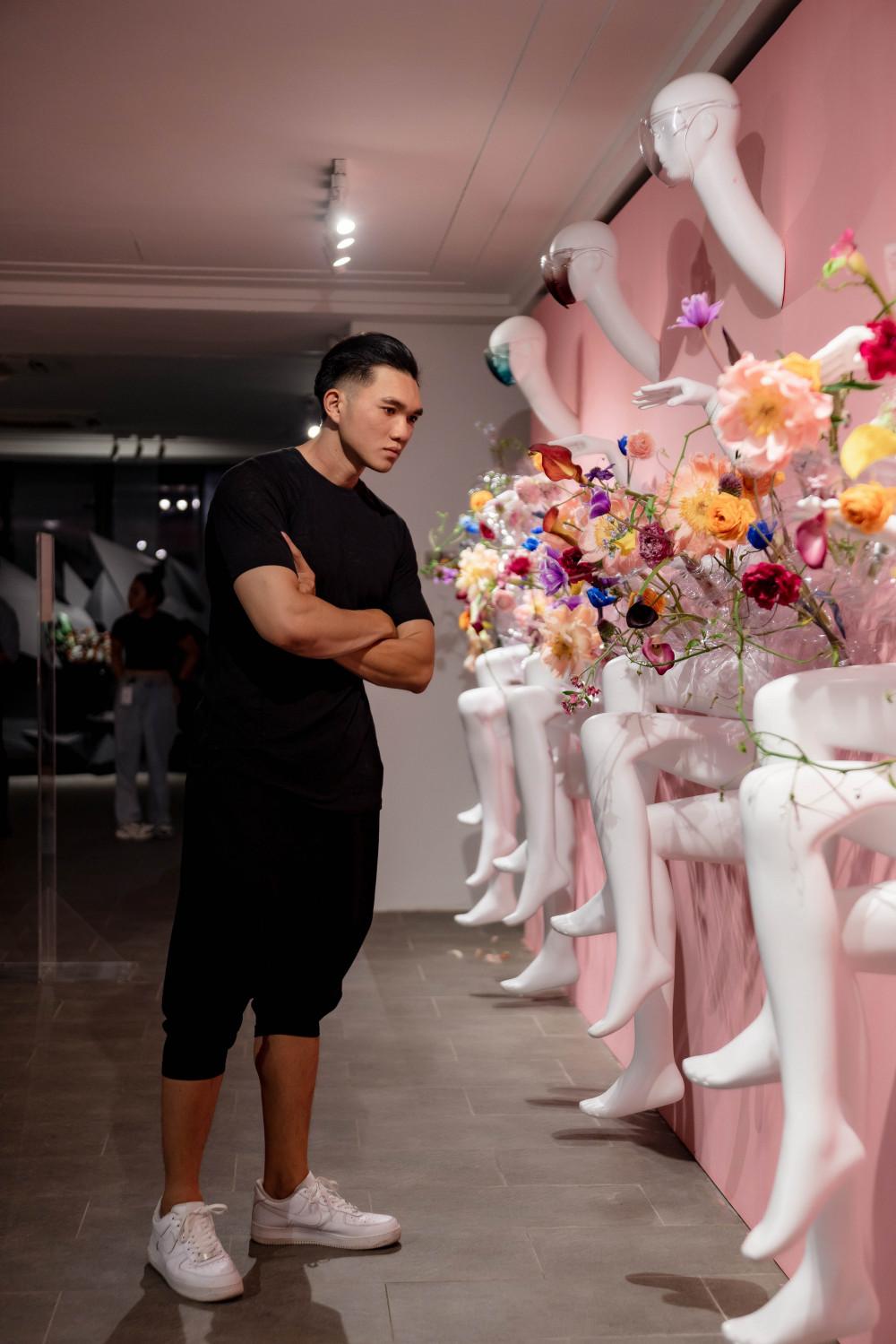 Triển lãm Plus do giám đốc sáng tạo Bảo Nam tổ chức đang thu hút sự quan tâm của dư luận, đặc biệt nhiều bạn trẻ yêu thích vẻ đẹp của hoa, nghệ thuật.