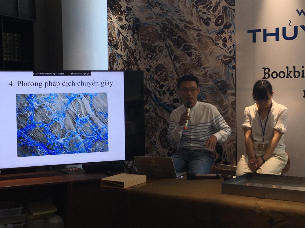 Bác sĩ giấy Bùi Tiến Phúc và họa sĩ Trần Bội Tuyền cùng chia sẻ kinh nghiệm làm giấy bằng kỹ thuật thủy ấn