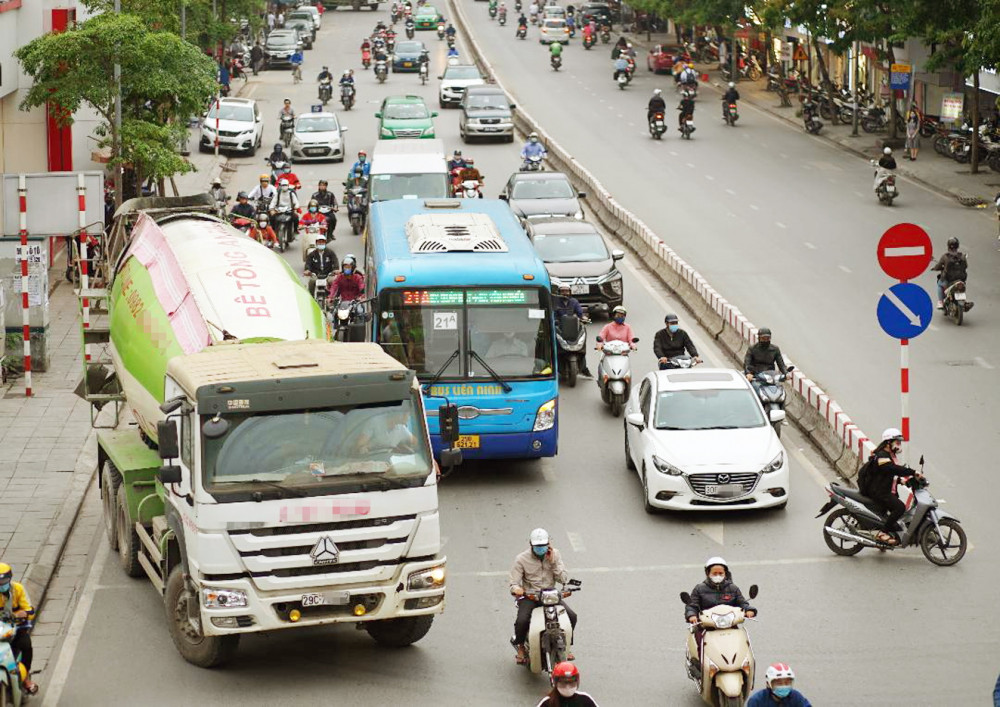 """Xe buýt đang bị coi là """"hung thần"""" trên đường phố Hà Nội"""