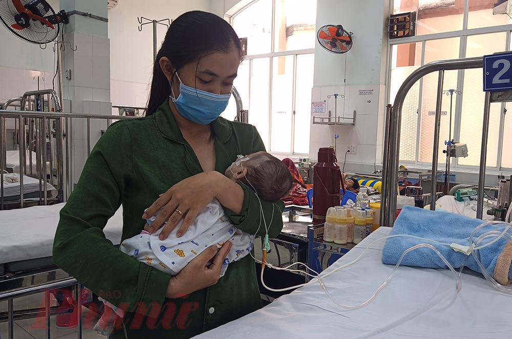 Bé T.T.P. bị viêm phổi nặng, được mẹ dỗ dành nhưng vẫn không thể có giấc ngủ ngon