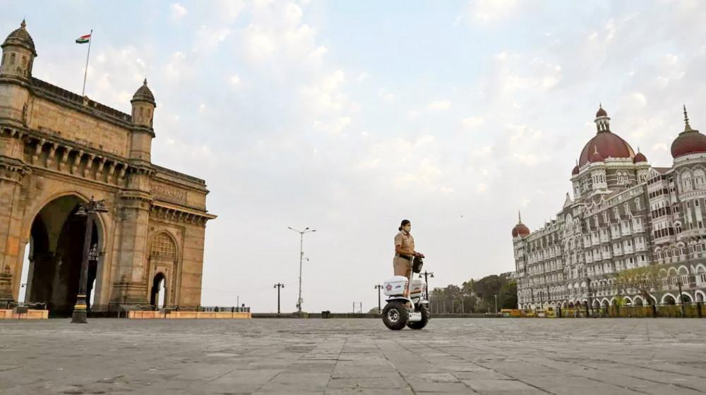 Thành phố Mumbai, trung tâm kinh tế hàng đầu của Ấn Độ trở nên vắng lặng vào cuối tuần qua khi chính quyền áp đặt lệnh phong tỏa để phòng dịch - Ảnh: AFP