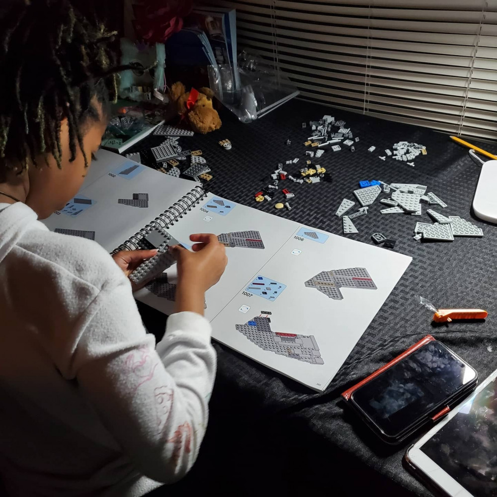 Cô bé Alena Wicker có niềm đam mê đặc biệt với các môn học STEM và trò chơi xếp hình LEGO