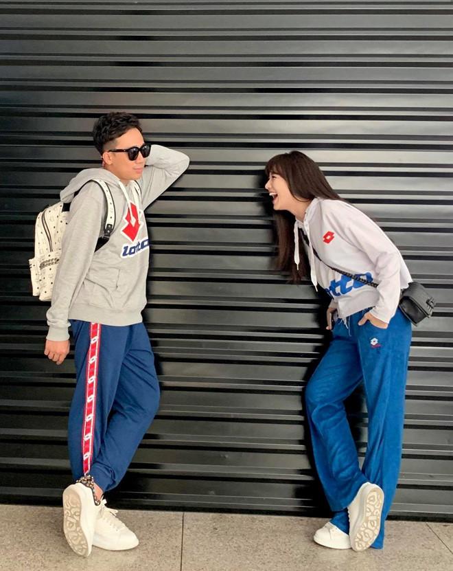 Bận rộn với lịch trình dày đặt nhưng Trấn Thành và Hari Won vẫn cố gắng sắp xếp công việc để đi du lịch hâm nóng tình cảm. Cặp đôi thường xuyên diện những mẫu áo thun đôi hay lựa chọn những trang phục đồng màu hợp xu hướng.