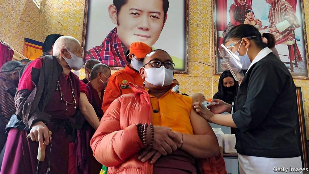 Tại Bhutan, chiến dịch tiêm chủng lan tỏa đến khắp mọi khu vực nhờ lực lượng tình nguyện viên và hệ thống trữ lạnh vắc-xin hiệu quả