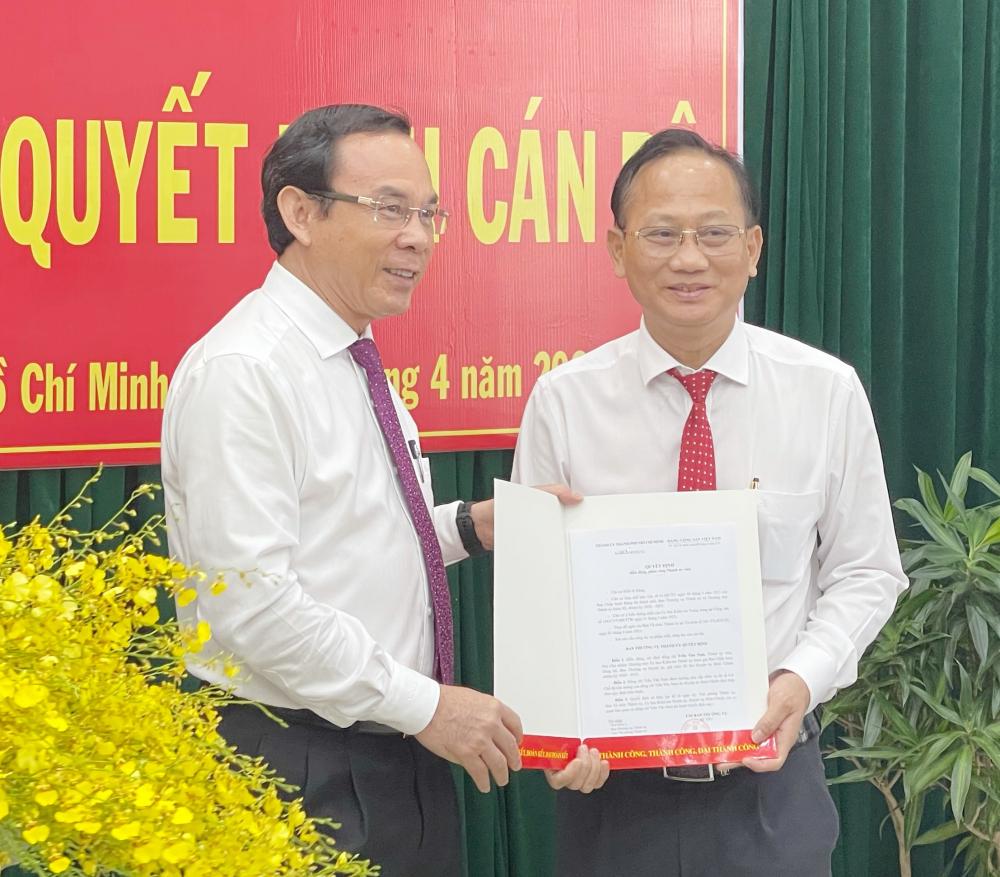 Bí thư Thành ủy TPHCM Nguyễn Văn Nên trao quyết định điều động, chỉ định ông Trần Văn Nam làm Bí thư Huyện ủy huyện Bình Chánh. Ảnh: Long Hồ