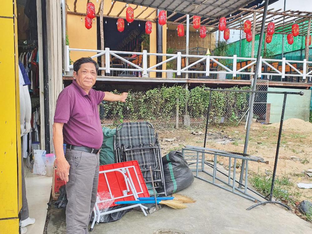 Ông Lê Hảo bên mảnh đất của mình nhưng đã rơi vào tay người khác