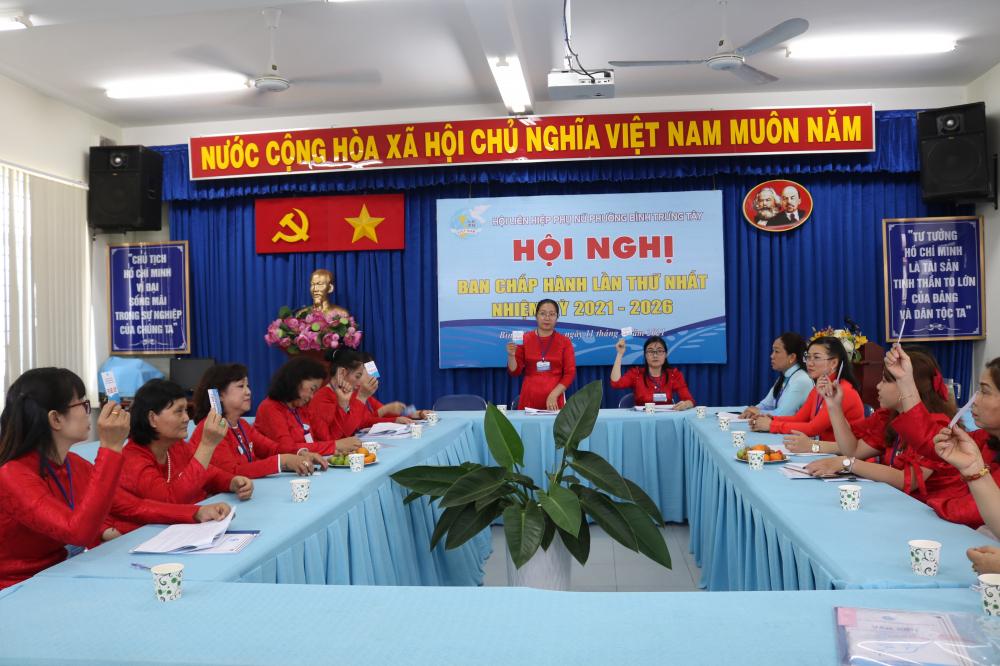 Ban Chấp hành Hội LHPN phường Bình Trưng Tây nhiệm kỳ 2021 - 2016 gồm 13 ủy viên tiến hành họp phiên đầu tiên.