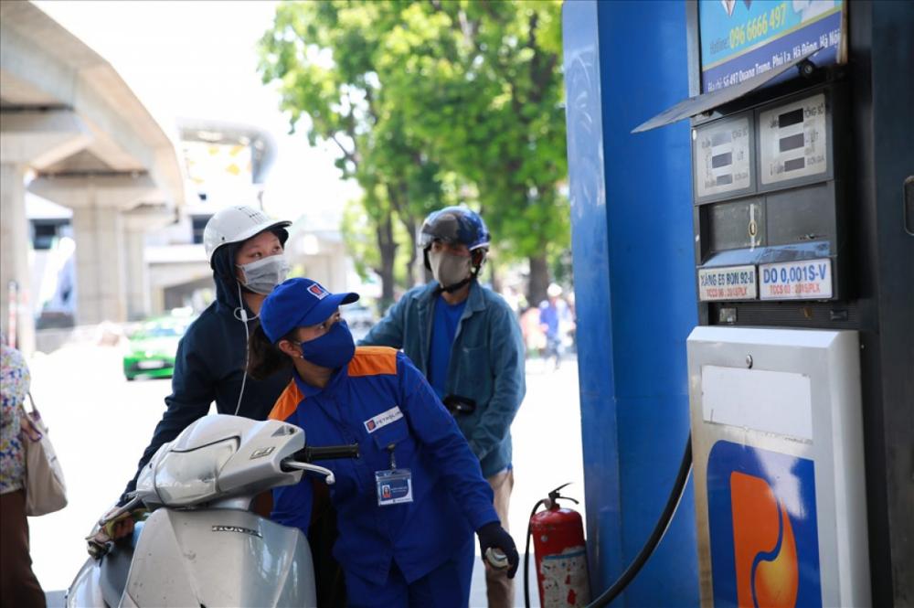 Giá xăng, dầu giảm nhẹ vào chiều nay. (Ảnh minh hoạ)
