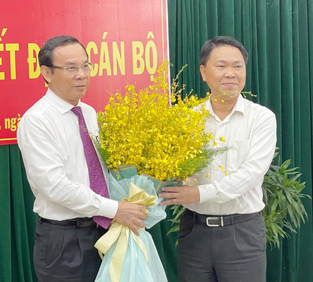 Bí thư Thành ủy TPHCM Nguyễn Văn Nên chúc mừng ông Trần Hoàng Quân giữ chức Giám đốc Sở Xây dựng TPHCM.