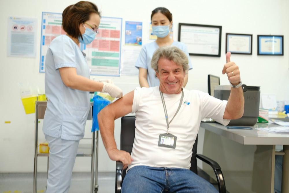 Bác sĩ Jean-Marcel Guillon - Tổng giám đốc Bệnh viện FV - đang được tiêm vắc-xin COVID-19. Ảnh: FV cung cấp
