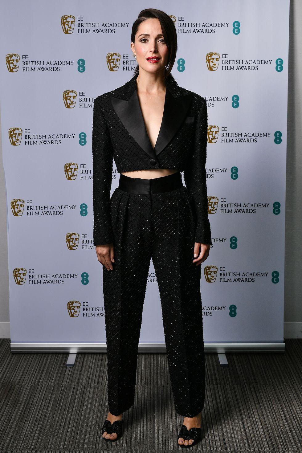 Rose Bryne mang đến nét hiện đại cho bộ vest đen phá cách.