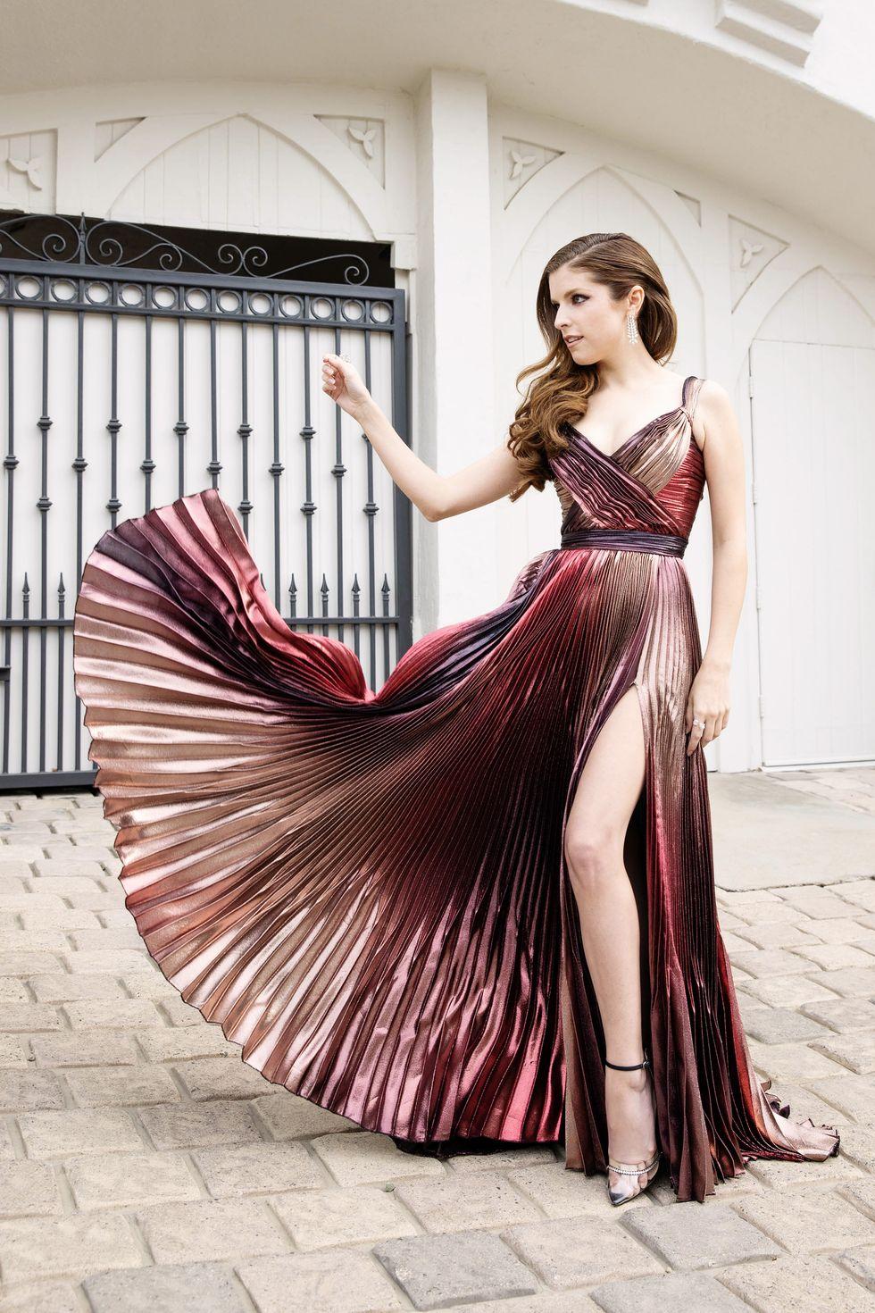 Anna Kendrick xinh đẹp trong mẫu váy Zuhair Murad với các nếp xếp ấn tượng. Sự pha trộn giữa các mảng máu tím, hồng, vàng đồng cuốn hút thị giác của người nhìn.
