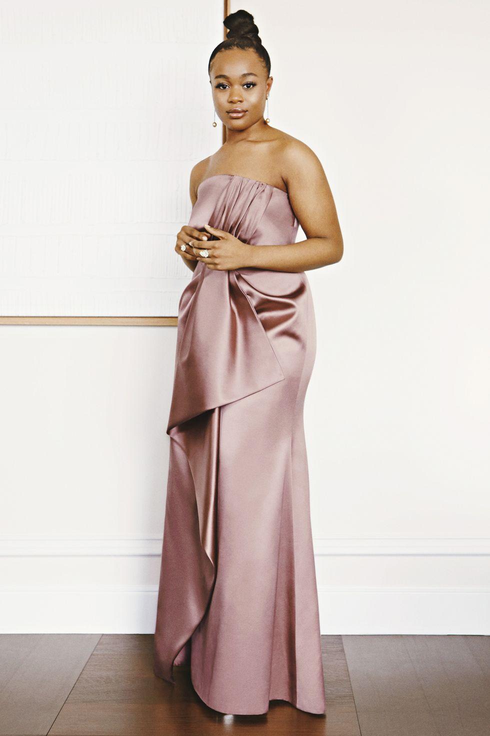 Rũ bỏ hình tượng cá tính, Bukky Bakray gây bức ngờ với phong cách dịu dàng trong bộ váy cúp ngực, màu hồng tím pastel của Prada.