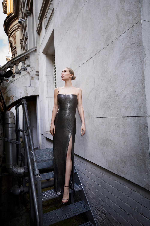 Vanessa Kirby thanh lịch trong mẫu thiết kế của Versace.Không cầu kỳ về cấu trúc, đường cắt xẻ đùi cao tinh tế được xem là điểm nhấn cho bộ cánh.