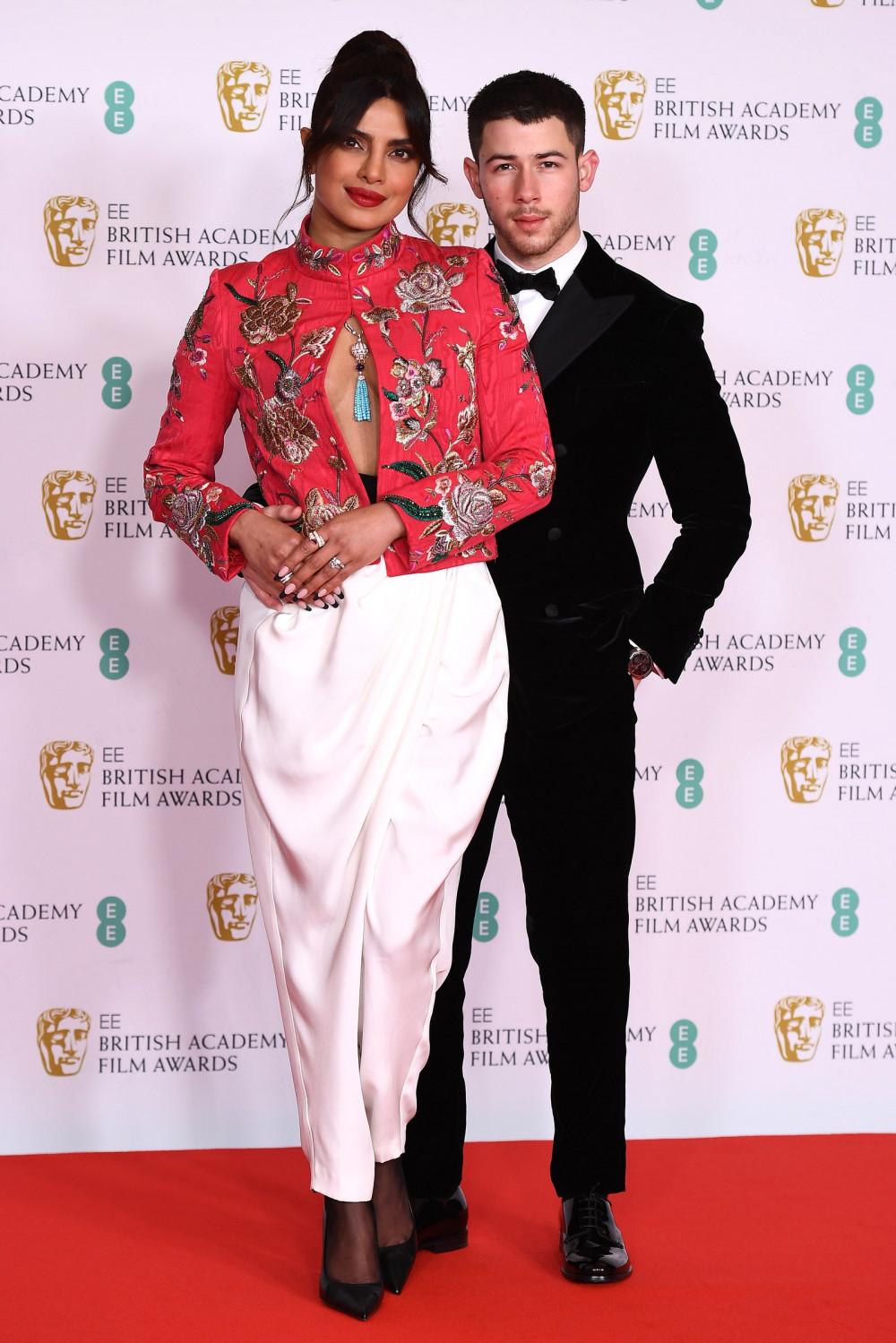 Dẫu có một số sự vắng mặt đáng tiếc và thay đổi nhỏ trong khâu tổ chức để phòng chống dịch COVID-19, không cho phép khán giả tham dự nhưng cuộc so kè phong cách thời trang của các ngôi sao vẫn đủ sức tạo nên sức nóng và khuấy đảo thảm đỏ lễ trao giải. Nữ diễn viên Priyanka Chopra cuốn hút với vẻ ngoài sang trọng trong trang sức Pertegaz và Bvlgari, trong khi Nick Jonas (chồng Priyanka Chopra) lịch lãm với bộ vest đến từ thương hiệu Giorgio Armani.