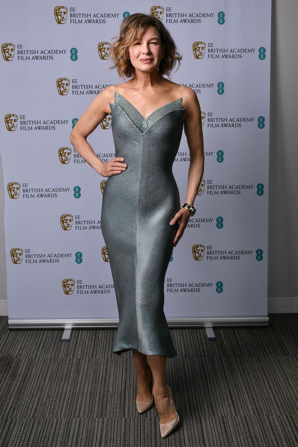 Renée Zellweger kết hợp chiếc váy Giorgio Armani màu bạc khoét ngực sâu cùng đôi giày cao gót màu nude giúp nữ diễn viên khoe trọn sắc vóc quyến rũ dù đã ngoài 50.