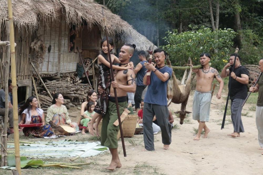 Belaban Hidup: Infeksi Zombie gây ấn tượng với sự góp mặt của bộ tộc săn đầu người Iban.