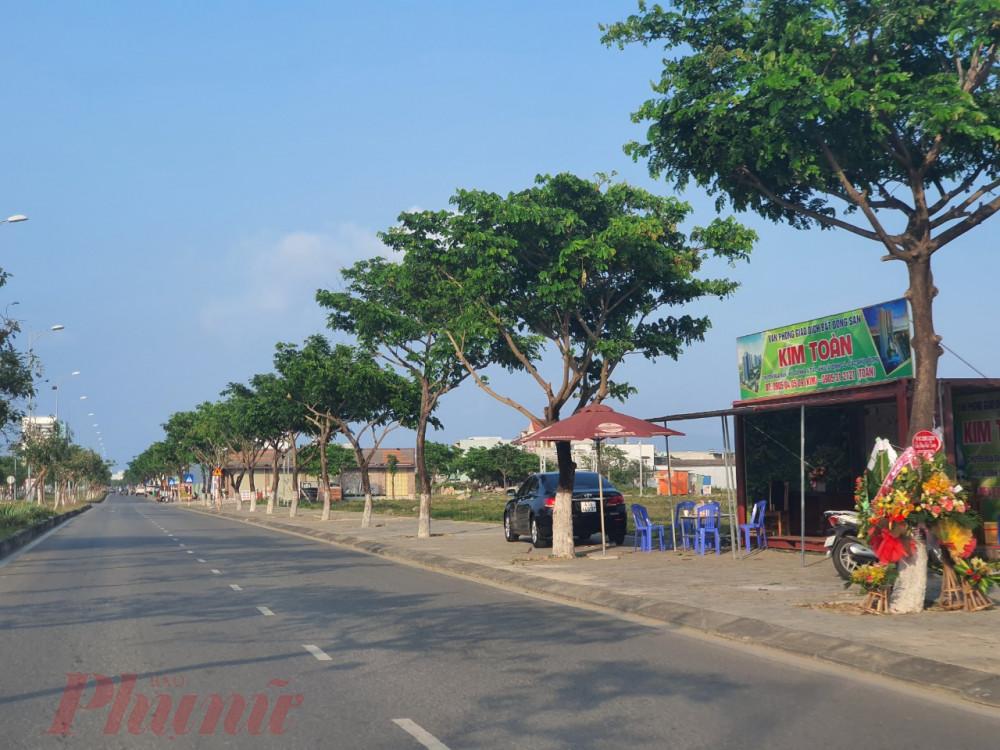 Nhiều ki ốt kinh doanh bất động sản mọc lên hai bên đường Nguyễn Tất Thành nối dài