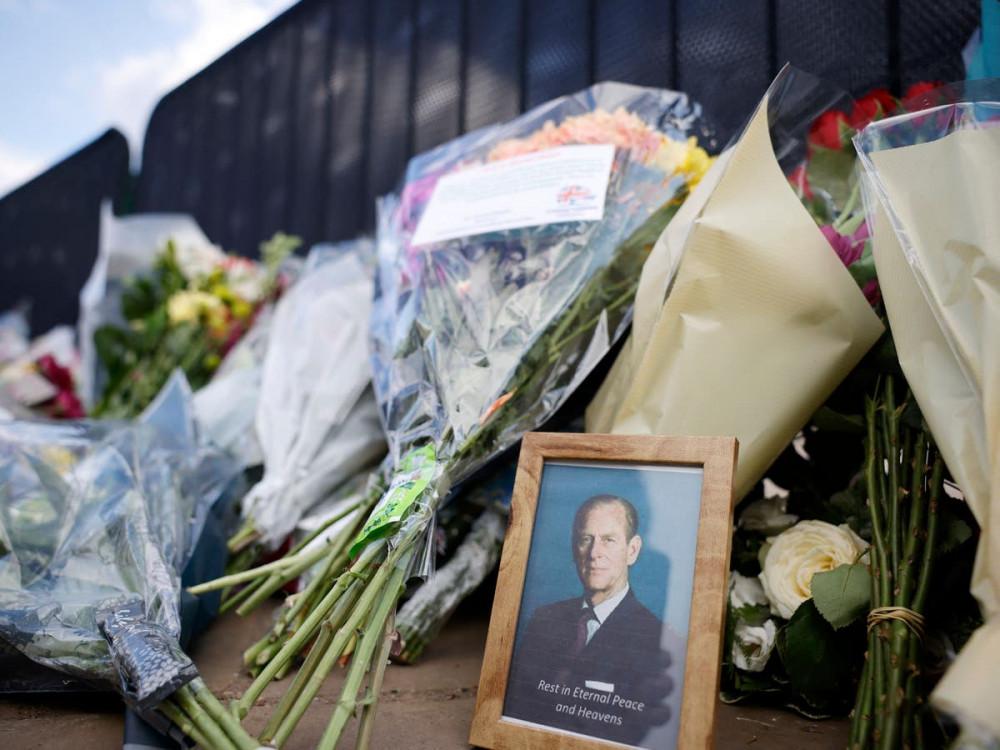 Người dân đặt hoa, bày tỏ thương tiếc trước tang lễ của Hoàng thân Philip bên ngoài cung điện Buckingham