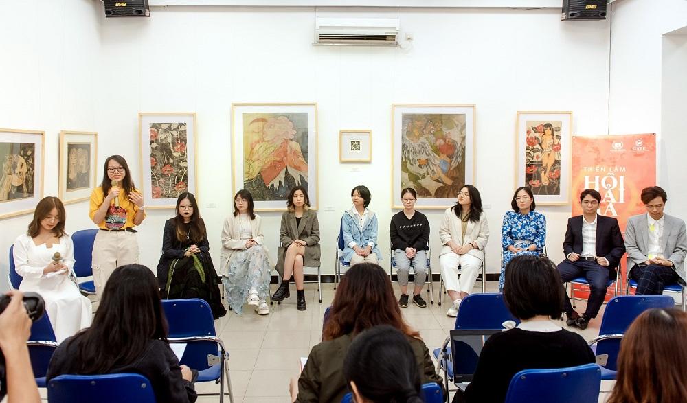 Nhóm tác giả và đại diện Trung tâm GATE chia sẻ với khán giả về quá trình sáng tác tranh trong lễ khai mạc triển lãm. Ảnh: Vinschool