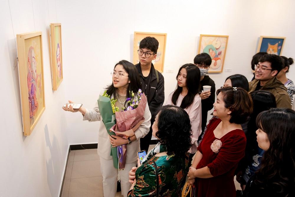 Nguyễn Nhật Mai giới thiệu với khách tham quan về các tác phẩm trưng bày tại triển lãm. Ảnh: Vinschool