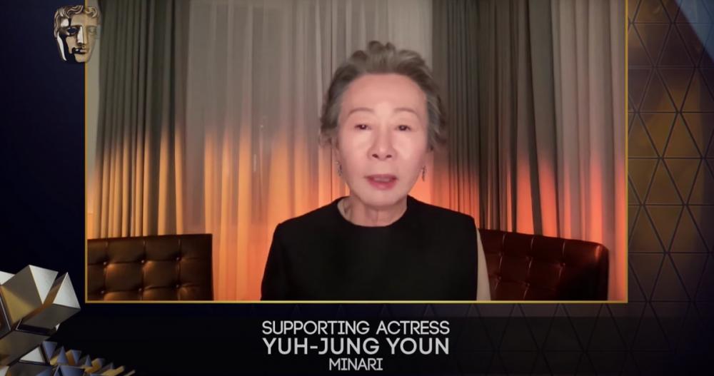 Hình ảnh nữ diễn viên Youn Yuh-jung khi nhận giải.