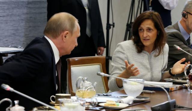 Ủy viên biên tập Tin tức toàn cầu của Reuters – bà Alessandra Galloni - tham dự Diễn đàn Kinh tế Quốc tế St.Petersburg 2016 tại Nga và diện kiến Tổng thống Nga Vladimir Putin - Ảnh: Reuters