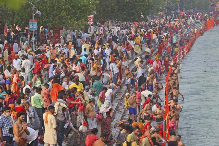 Những người sùng đạo ngâm mình trong làn nước thiêng liêng của sông Hằng trong lễ Shahi snan hoặc lễ tắm Hoàng gia 12/4 tại Kumbh mela, bang Uttarakhand của Ấn Độ - Ảnh: AP