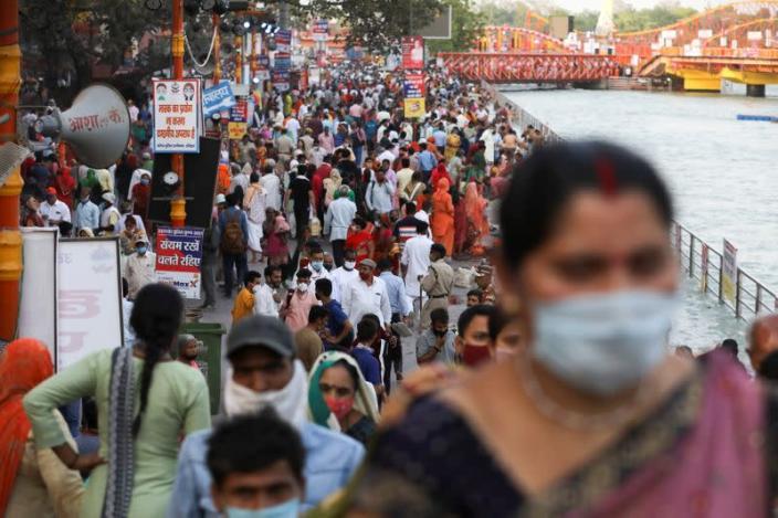 Những người sùng đạo tập trung trên bờ sông Hằng trong ngày lễ Kumbh Mela, còn gọi là lễ hội Pitcher, khi virus đang lây lan ở mức đỉnh điểm ở Ấn Độ - Ảnh: Reuters