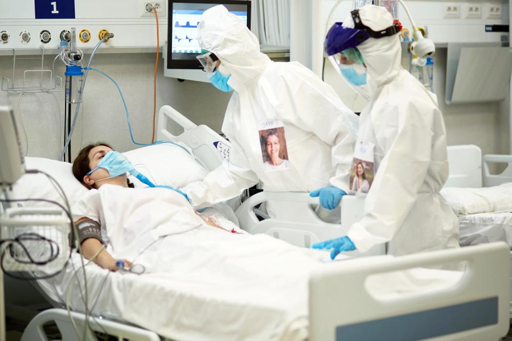 Làn sóng trẻ hóa ở số bệnh nhân COVID-19 nhập viện được cho là liên quan đến những biến thể mới của vi-rút SARS-CoV-2 - Ảnh: Getty Images