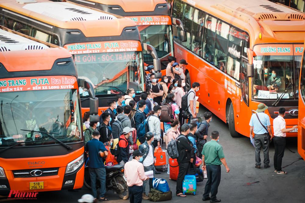 Lượt khách đi lại trong ngày 29/4 sẽ tăng cao nhất với 21.000 lượt khách với với cùng kỳ năm 2020 là 13.368 lượt.