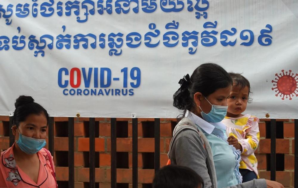 Người dân Campuchia đeo khẩu trang phòng dịch COVID-19 trong bối cảnh dịch bệnh lây lan