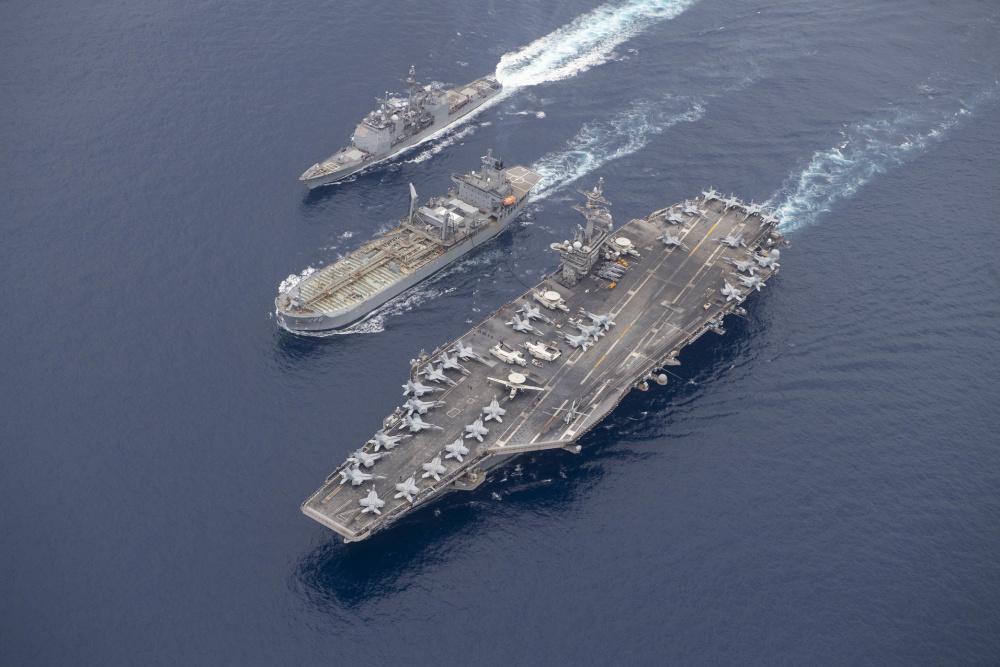 Đội tàu của Hải quân Mỹ, dãn đầu bởi mẫu hạm USS Theodore Roosevelt