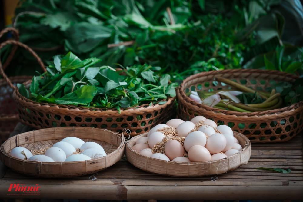 Các loại rau, củ, trứng gà so đều được gửi từ quê vào để phục vụ bà con
