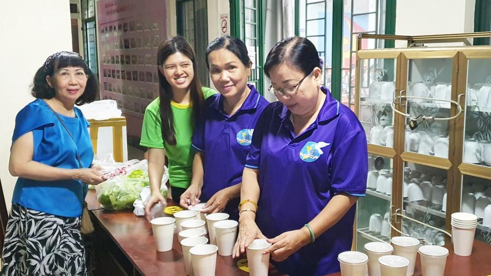 Chị em phụ nữ P.3, Q.Gò Vấp, nấu bữa ăn khuya phục vụ chiến sĩ công an tổ làm căn cước công dân