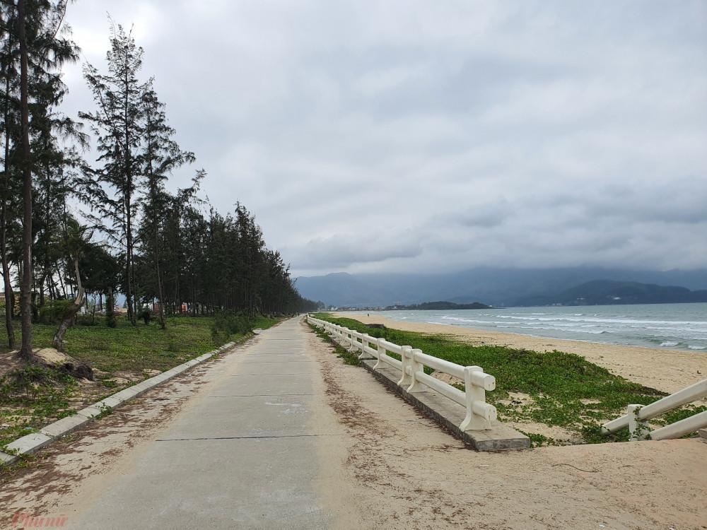 Bờ biển vịnh Đà Nẵng nhìn từ bãi biển Xuân Thiều, xa xa là ghềnh Nam Ô và núi Hải Vân