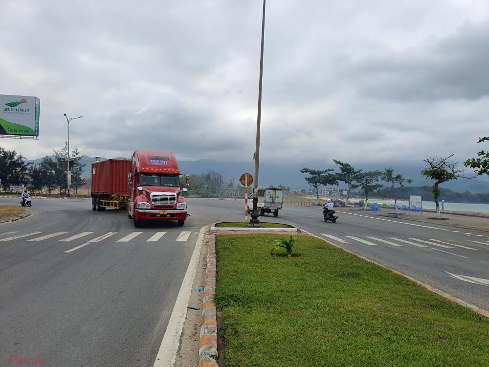 Đường Nguyễn Tất Thành hiện hữu ôm vịnh Đà Nẵng đến làng Nam Ô thì không đi tiếp mà bẻ trái vào Quốc lộ 1A