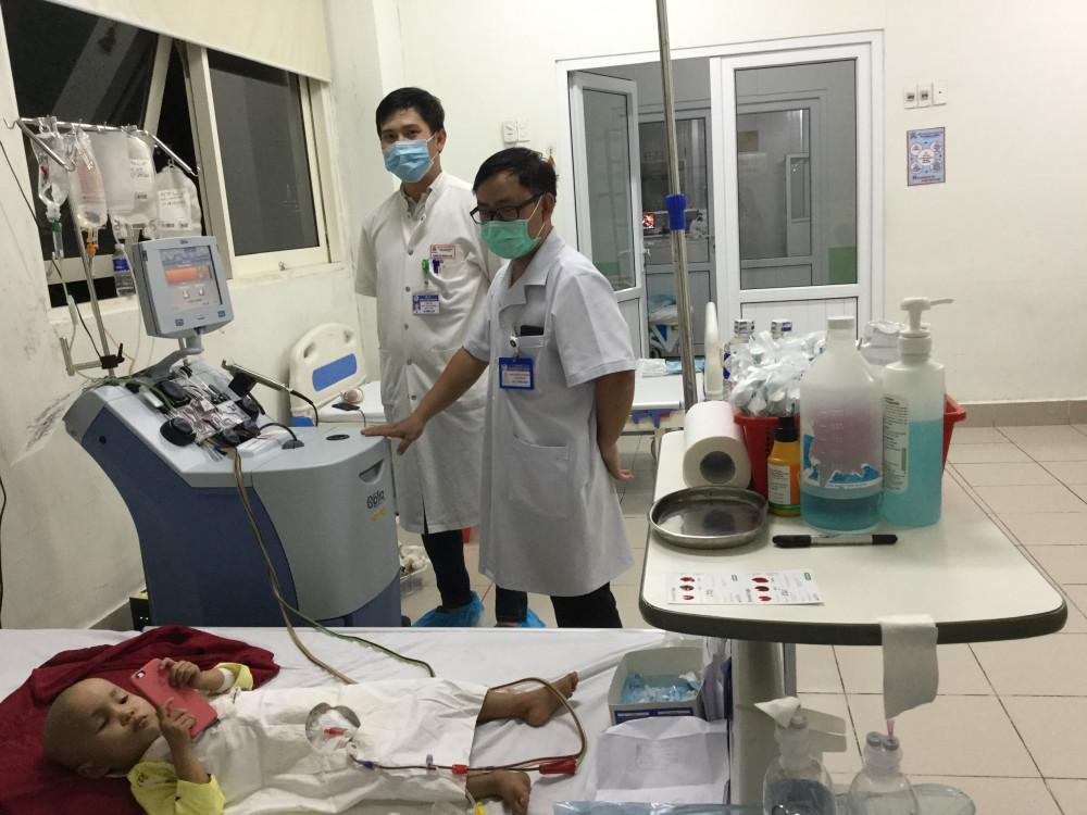 Đội ngũ Y bác sĩ luôn kiểm tra sức khỏe cháu bé mỗi ngày